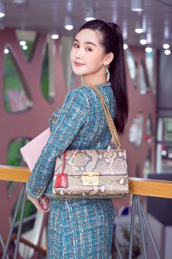 Để tránh đơn điệu, hoa hậu gốc Tiền Giang kết hợp thêm túi xách họa tiết da báo thời thượng.