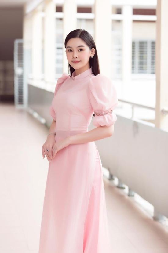 Dịp khai giảng vừa qua, người đẹp chọn diện bộ áo dài màu hồng pastel nền nã. Thiết kế tay bồng khiến trang phục thêm phần nữ tính.