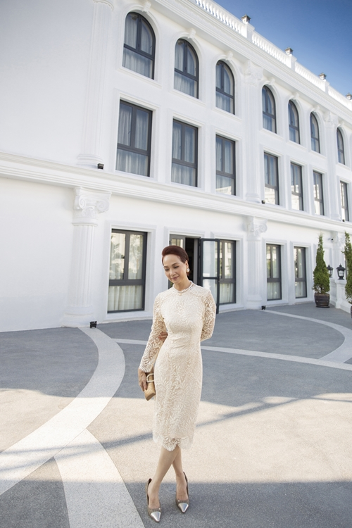 Đóng Gái già lắm chiêu 5, NSND Lê Khanh thích thú khi tham gia các lớp học về đời sống thượng lưu và tận hưởng dịch vụ tại khách sạn hạng sang trong suốt một tháng quay phim.