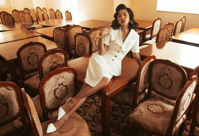 Đôi khi cô kết hợp chân váy ngắn và áo vest ngắn tay để có vẻ ngoài năng động, chuyên nghiệp.