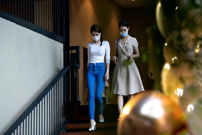 Ngọc Trinh (trái) đeo khẩu trang cùng trợ lý tới một quán cà phê hạng sang tại trung tâm Sài Gòn.