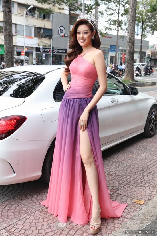 Hoa hậu Hoàn vũ Việt Nam 2019 Khánh Vân chọn đầm pha hai màu hồng tím bắt mắt.