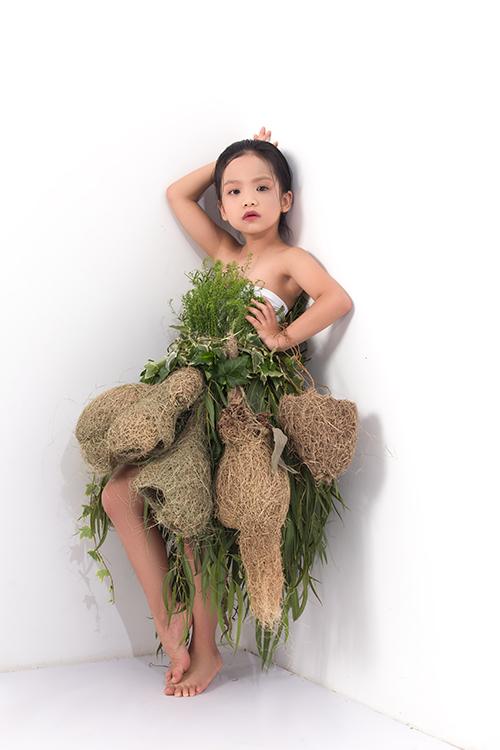 Đầm dạ tiệc theo phong cách hoang dại với cây cỏ và tổ chim.