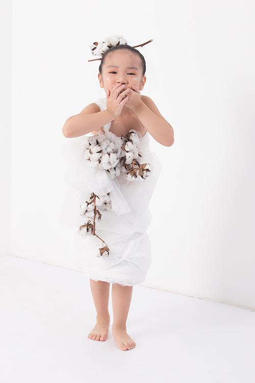 Giấy gói hoa cùng cây bông được hô biến thành váy đi tiệc cho bé gái.