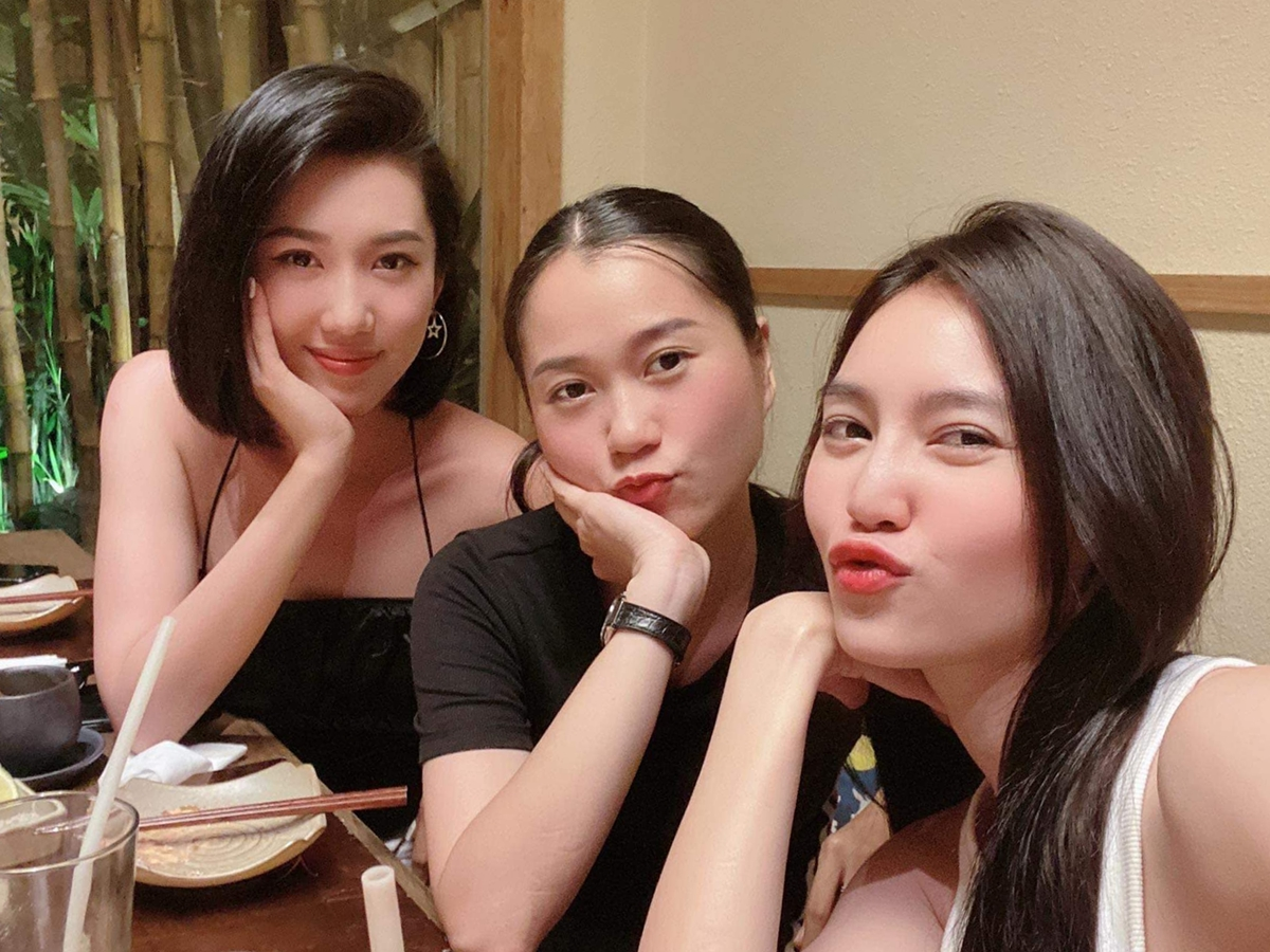 Từ trái qua: Thúy Ngân, Lâm Vỹ Dạ, Lan Ngọc hẹn nhau đi ăn sushi.