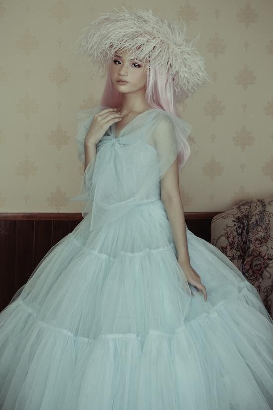 Trang phục may bằng chất liệu voan mềm, mỏng, bồng bềnh phù hợp với các cô gái tính cách lãng mạn, mơ mộng.