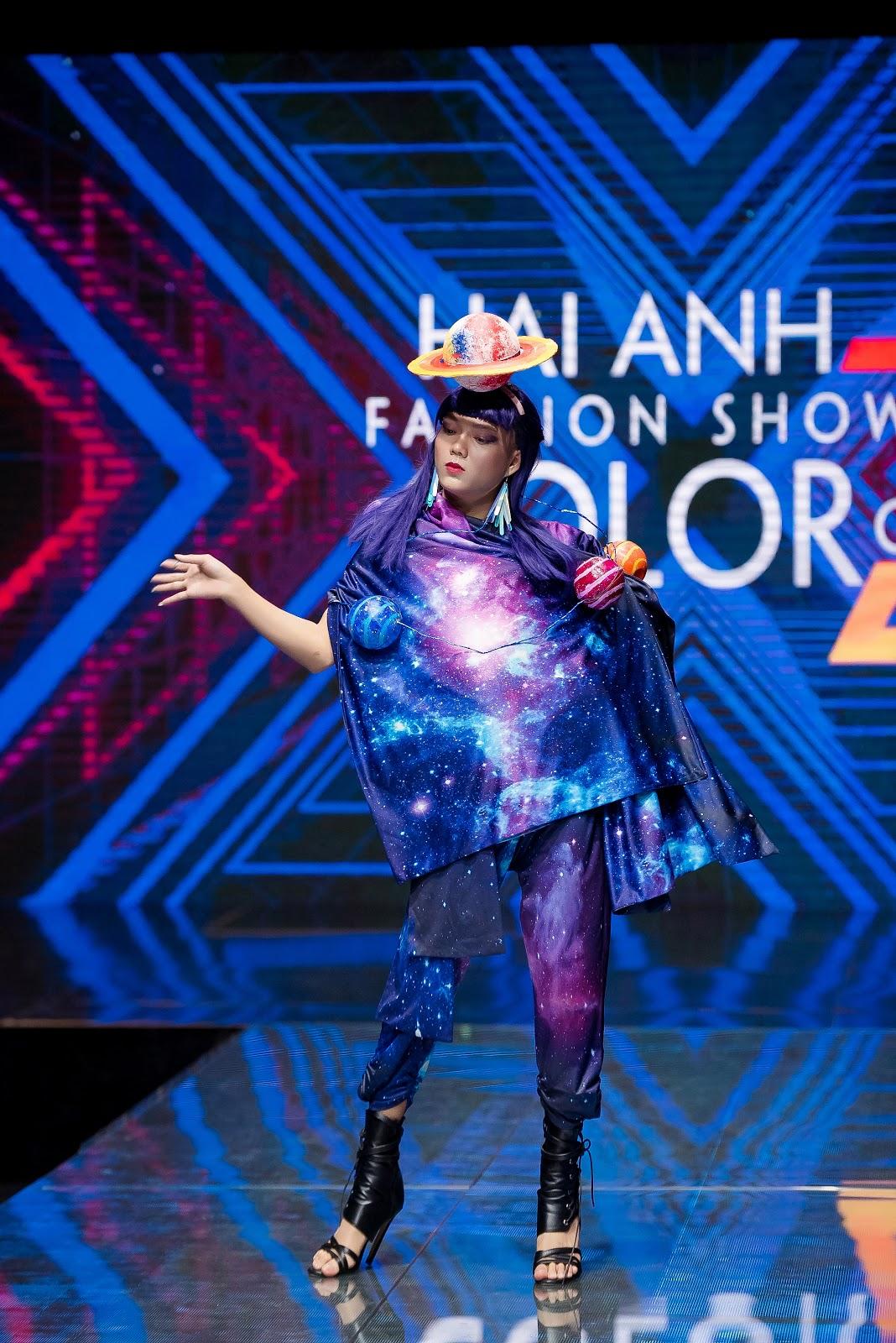 Các hot-Tiktoker đã góp phần làm nên thành công của show diễn khi trực tiếp khoác lên mình những trang phục độc đáo, truyền tải tinh thần của bộ sưu tập đến khán giả một cách khéo léo.