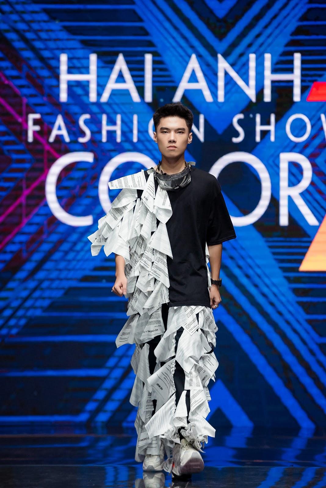 Chương trình Hải Anh Fashion show 2020 diễn ra tại Hà Nội. Sàn diễn được thiết kế với những hiệu ứng sân khấu độc đáo từ hàng trăm đèn led để làm tôn vinh lên tinh thần của bộ sưu tập.