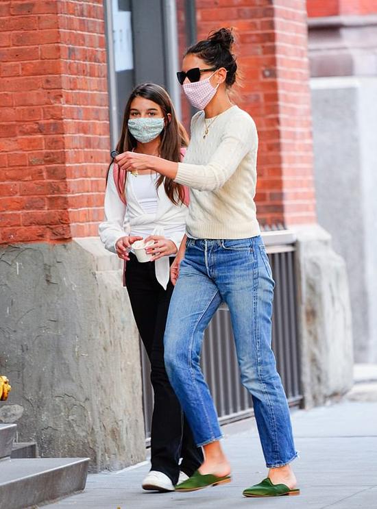 Hai mẹ con dành thêm thời gian dạo phố sau khi Suri đi học về.