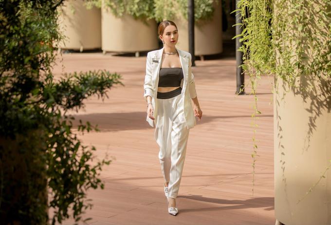 Ngọc Trinh khoe eo thon khi diện áo crop-top kết hợp vest trắng mở cúc.