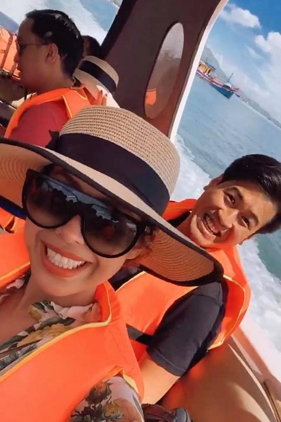 Phillip Nguyễn (phải) cũng háo hức đi chơi cùng gia đình.