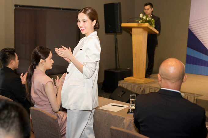 Thời gian qua Ngọc Trinh giữ chức CEO một thương hiệu mỹ phẩm. Công ty của cô hoạt động khá hiệu quả, đạt doanh thu cao. Nữ người mẫu vừa được bổ nhiệm lên vị trí cao hơn - Phó Tổng giám đốc kinh doanh của một tập đoàn.