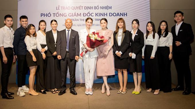 Ngọc Trinh, Hương Giang chụp ảnh cùng các cộng sự sáng 9/9.