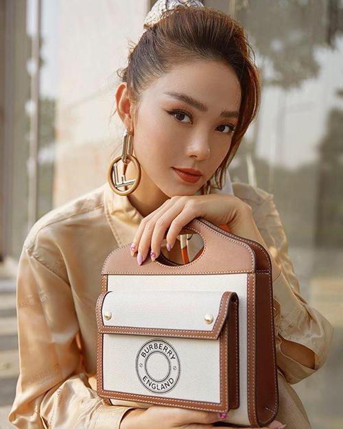 Trước Ngọc Trinh, Minh Hằng cũng chọn túi Pocket size mini để phối đồ dạo phố.