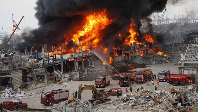 Hàng chục xe cứu hoả được điều đến dập tắt đám cháy ở cảng Beirut, Lebanon hôm 10/9. Ảnh: AFP.