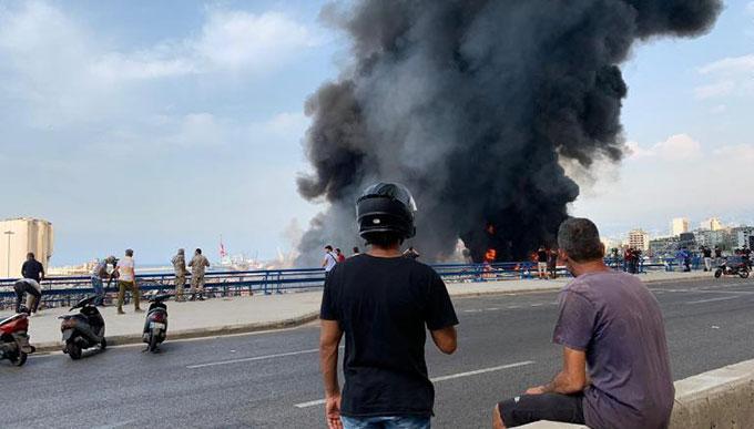 Người dân đứng xem vụ cháy ở cảng Beirut từ một cây cầu gần hiện trường. Ảnh: AFP.