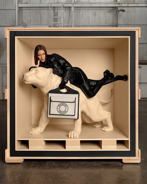 Túi xách Pocket được thiết kế với nhiều kích thước và phối màu, từ chất liệu canvas đến da dập.