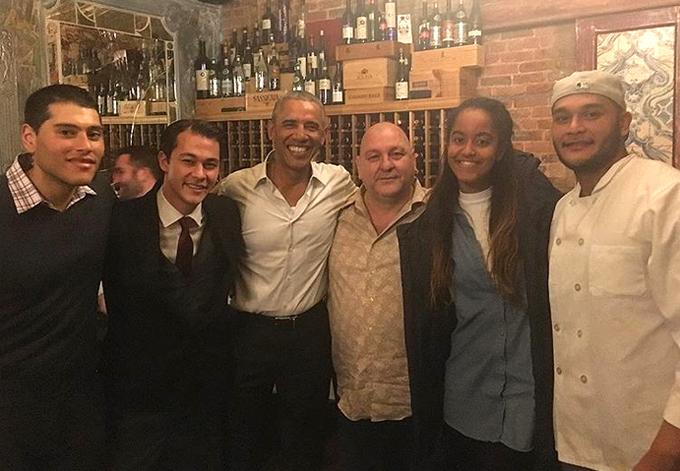 Đầu bếp 33 tuổi (thứ hai từ trái sang) chụp ảnh với Tổng thống Obama tại nhà hàng của anh.