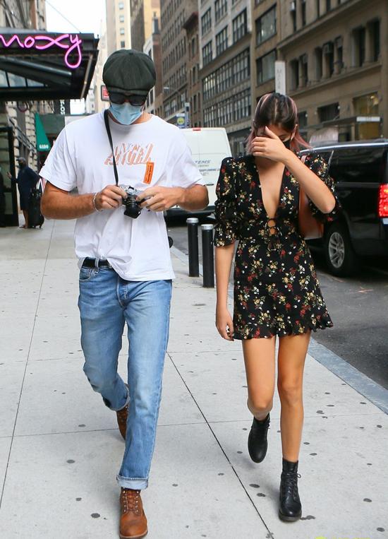 Vài giờ sau đó, anh chàng này hộ tống chân dài tuổi teen đến một cuộc hẹn bàn về công việc tại New York.