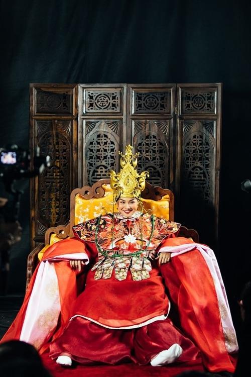 Khoảnh khắc hài hước của Thanh Hằng ở hậu trường buổi quay và chụp hình.