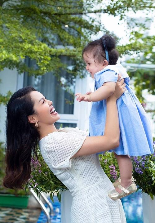Nguyễn Ngọc Anh bên con gái thứ hai, bé Minh Anh.
