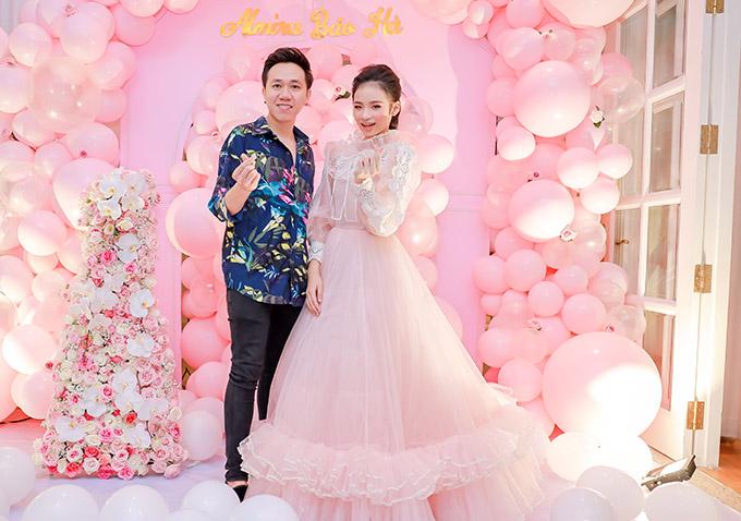 Diễn viên Anh Đức bắn tin chụp ảnh cùng mẫu nhí. Bảo Hà diện váy công chúa của nhà thiết kế Nguyễn Minh Công, khoe vẻ xinh tươi, lộng lẫy trong đêm tiệc.