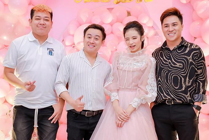 Diễn viên Tân Chề (ngoài cùng bên trái), Hữu Tín (áo kẻ) và Phi Nguyễn hào hứng dự tiệc của mẫu nhí.