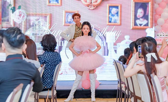 Cô bé thay 3 trang phục trình diễn màn catwalk trước khi thực hiện nghi thức thổi nến, cắt bánh kem.
