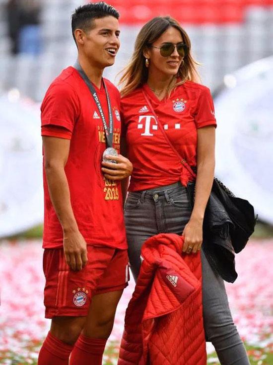 Chia tay Bayern Munich và Real, tiền vệ điển trai James Rodriguez tới vùng Merseyside thi đấu cho Everton từ mùa giải này. Bạn gái sao Colombia là Shannon de Lima cũng được cho là sẽ theo chàng tới Anh. Người đẹp Venezuela có nhan sắc mặn mà, bốc lửa.