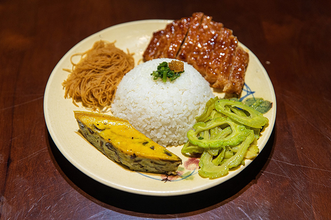Cơm tấm là món hot nhất nằm trong phần thực đơn đồ ăn đồng giá 25.000 đồng ở quán của Angela Phương Trinh.