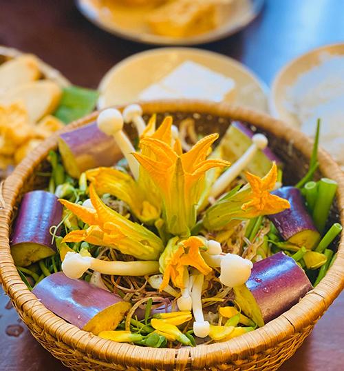 Ngon miệng, ngon mắt và giá cả lại rất vừa lòng là nhận xét của hầu hết thực khách khi đến ăn lẩu chay ở quán Angela Phương Trinh.
