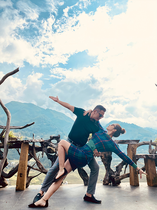 Trong lúc cao hứng, vợ chồng Jennifer Phạm - Đức Hải còn cùng nhau khiêu vũ giữa mây trời Sapa. Tình yêu là một vũ điệu đa sắc màu, hãy dìu nhau qua từng bước anh nhé, nàng hoa hậu nhắn nhủ đến chồng.