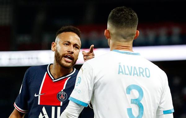 Neymar bị thẻ đỏ vì lỗi đánh nguội với Alvaro Gonzalez. Siêu sao PSG bực tức vì cho rằng Gonzalez có lời lẽ phân biệt chủng tộc với mình mà không bị đuổi. Ảnh: Reuters.