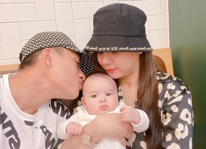 Huy Toàn hạnh phúc bên bạn gái và con trai. Ảnh: VHT.