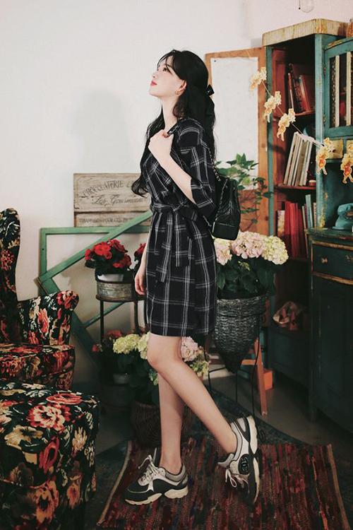 Váy ca rô mang hơi hướng của phong cách cổ điển có thể mix cùng giày cao gót để tôn nét nữ tính, hoặc sử dụng cùng giày thể thao để tiện lợi khi bạn phải di chuyển nhiều.