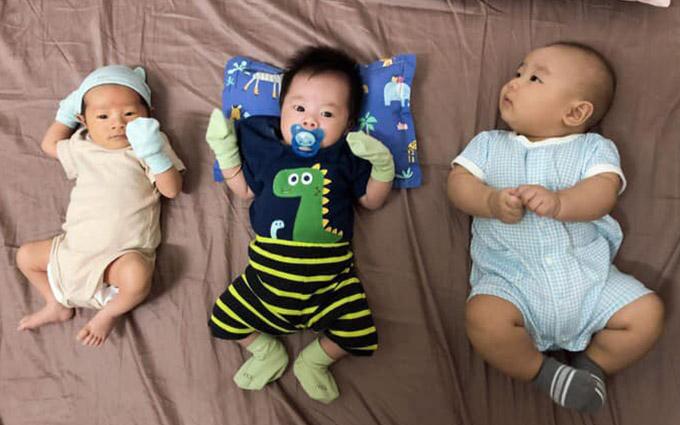 Mới đây Quang Hoà bế con trai (ngoài cùng bên trái) tới mừng đầy tháng con trai Anh Tuấn (giữa). Hai chàng siêu mẫu mãn nguyện vì có quý tử đầu lòng.