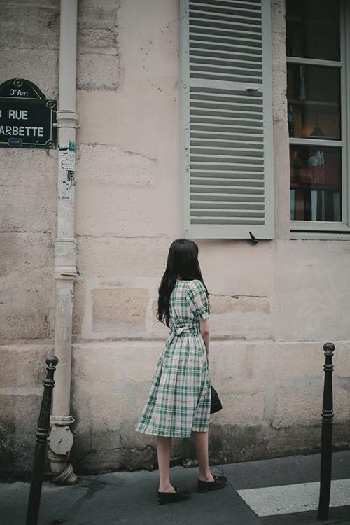 Váy tay bồng, đầm thắt eo không quá kén dáng và chúng còn có thể giúp các bạn gái dáng hơi tròn giấu được khuyết điểm vòng hai không mấy thon thả.
