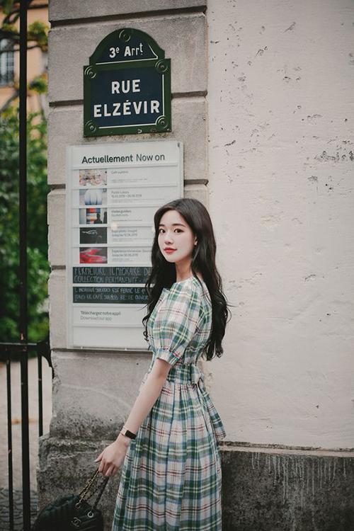 Sự trở lại của xu hướng đầm cổ điển và hoạ tiết ca rô sẽ giúp hội chị em công sở thanh lịch và đáng yêu hơn khi đi làm. Đồng thời đây cũng là trang phục dễ sử dụng khi đi dạo phố, mua sắm cùng bạn bè.