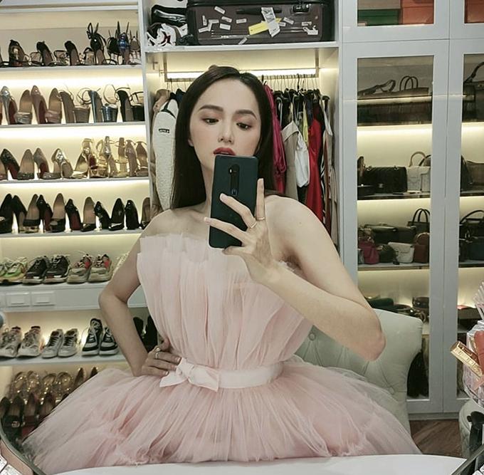 Hoa hậu Hương Giang chọn tủ đồ đa năng với phần thiết kế giá đỡ, hộc tủ, sào treo đồ để sắp xếp giày dép, túi hiệu và quần áo.