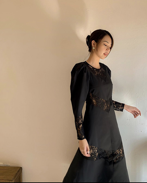 Váy tay bồng, dáng liền thân của Phí Phương Anh trở nên độc đáo hơn với cách phối hợp chất liệu ren xuyên thấu mang đến trang phục nửa kín - nửa hở.