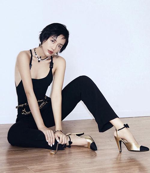 Khánh Linh chọn loạt phụ kiện vòng cổ, dây lưng, vòng tay sang chảnh của Chanel để khiến set đồ đen của cô thêm cuốn hút.