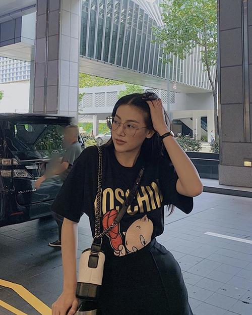 Street style trẻ trung, năng động của hoa hậu Phương Khánh dễ áp dụng cho nhiều đối tượng với áo thun in hoạ tiết ngộ nghĩnh cùng chân váy tiệp màu.