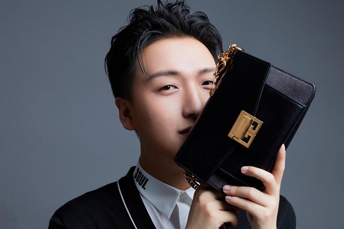 Tao Liang, một trong những KOL nổi tiếng nhất Trung Quốc với biệt danh Mr Bags xuất hiện trong quảng cáo bộ sưu tập túi của Givenchy dành cho Ngày lễ tình nhân của Trung Quốc năm 2017. Ảnh: Givenchy.