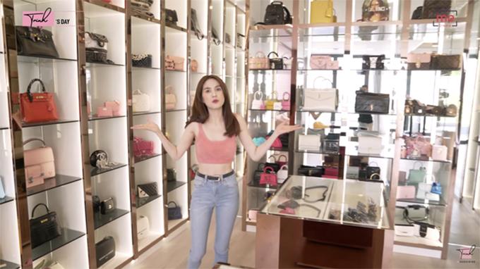 Trong căn biệt thự 24 tỷ đồng, phòng trưng bày hàng hiệu được Ngọc Trinh chăm chút một cách tỉ mỉ bởi cô là một trong những mỹ nhân nghiện túi hiệu nổi tiếng của showbiz Việt.