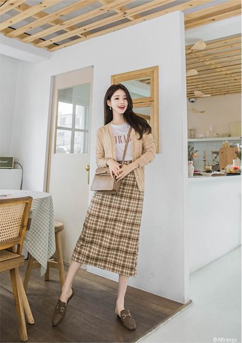 Set đồ quen thuộc với cardigan, áo thun và chân váy ca rô dễ mặc đi làm và vẫn giúp bạn gái sành điệu khi xuống phố.