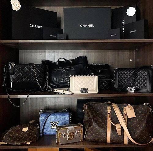 Một góc nhỏ trong tủ đồ của Kỳ Duyên được bày biện khá chỉn chu với loạt túi Chanel, Louis Vuitton. Những mẫu hộp đựng phụ kiện cũng được hoa hậu nâng nịu và dùng làm vật trang trí để tăng phần sang chảnh.