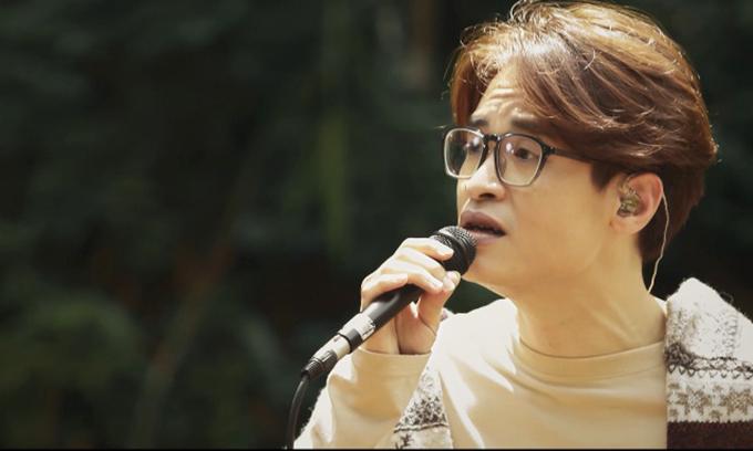 Hà Anh Tuấn hát trong khu rừng ở Đà Lạt, với trang phục giản dị. Tác phẩm Khúc hát chim trời do Trần Thanh Sơn sáng tác. Tác phẩm nằm trong album 15 trước chưa phát hành của nam ca sĩ.