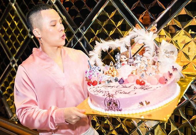 Cuối tháng 9 là sinh nhật Ngọc Trinh nên bầu Tiệp chuẩn bị chiếc bánh kem độc đáo chúc mừng gà cưng tròn 31 tuổi.