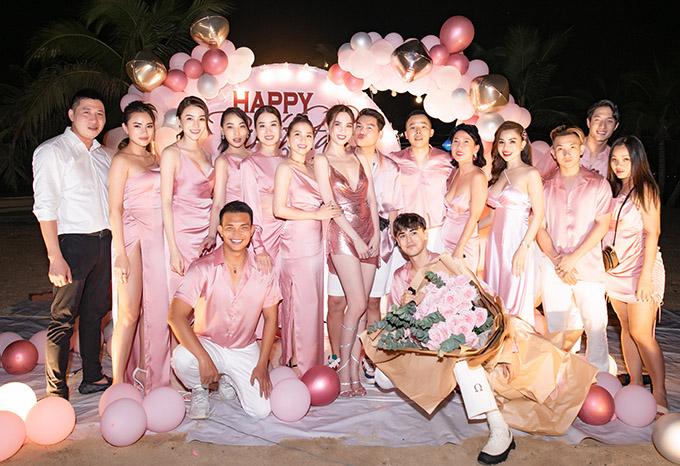 Nhóm bạn gần 20 người có những ngày vui chơi, xả hơi ở Hạ Long. Tiệc sinh nhật của Ngọc Trinh sẽ được phát sóng trên kênh YouTube của Vũ Khắc Tiệp vào tối thứ 6 ngày 18/9.