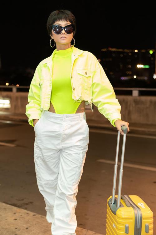 Trend mix áo tắm ra phố được các tín đồ thời trang thế giới ưa chuộng từ mùa mốt 2019. HHen Niê là một trong những mỹ nhân cập nhật nhanh nhạy hot trend.